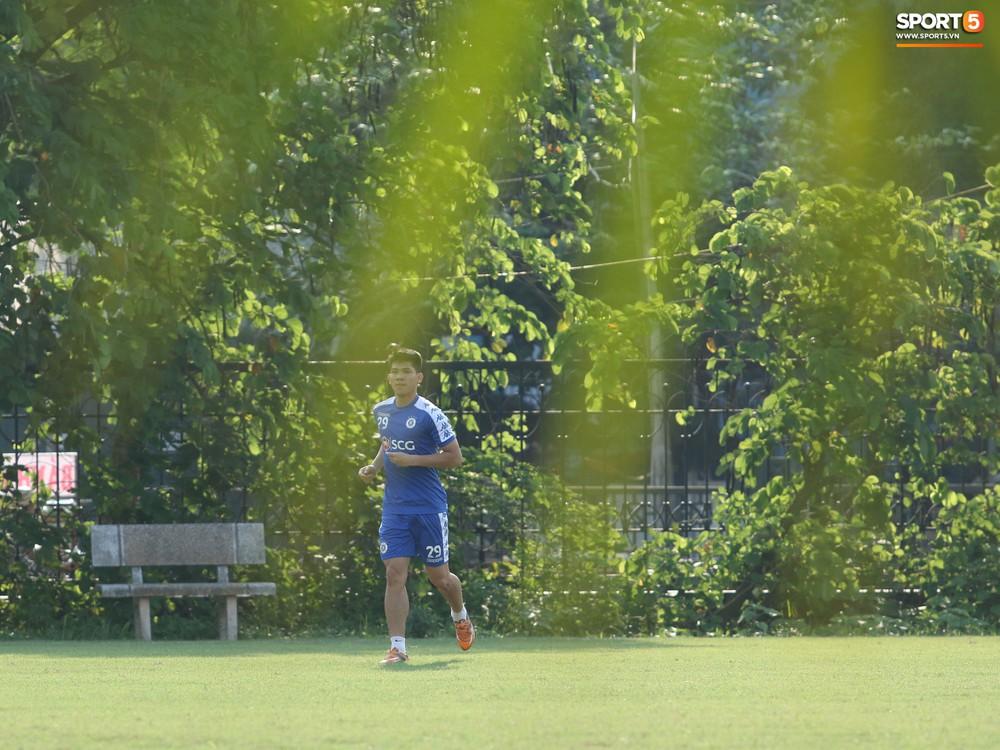 Những thiên thần trên sân tập của Hà Nội FC tạo nên khung cảnh khiến người xem mê mẩn như thước phim thanh xuân vườn trường - Ảnh 1.