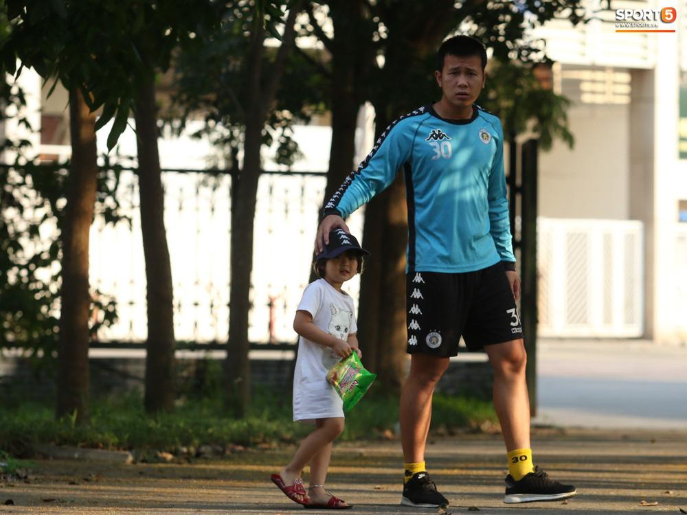Những thiên thần trên sân tập của Hà Nội FC tạo nên khung cảnh khiến người xem mê mẩn như thước phim thanh xuân vườn trường - Ảnh 2.