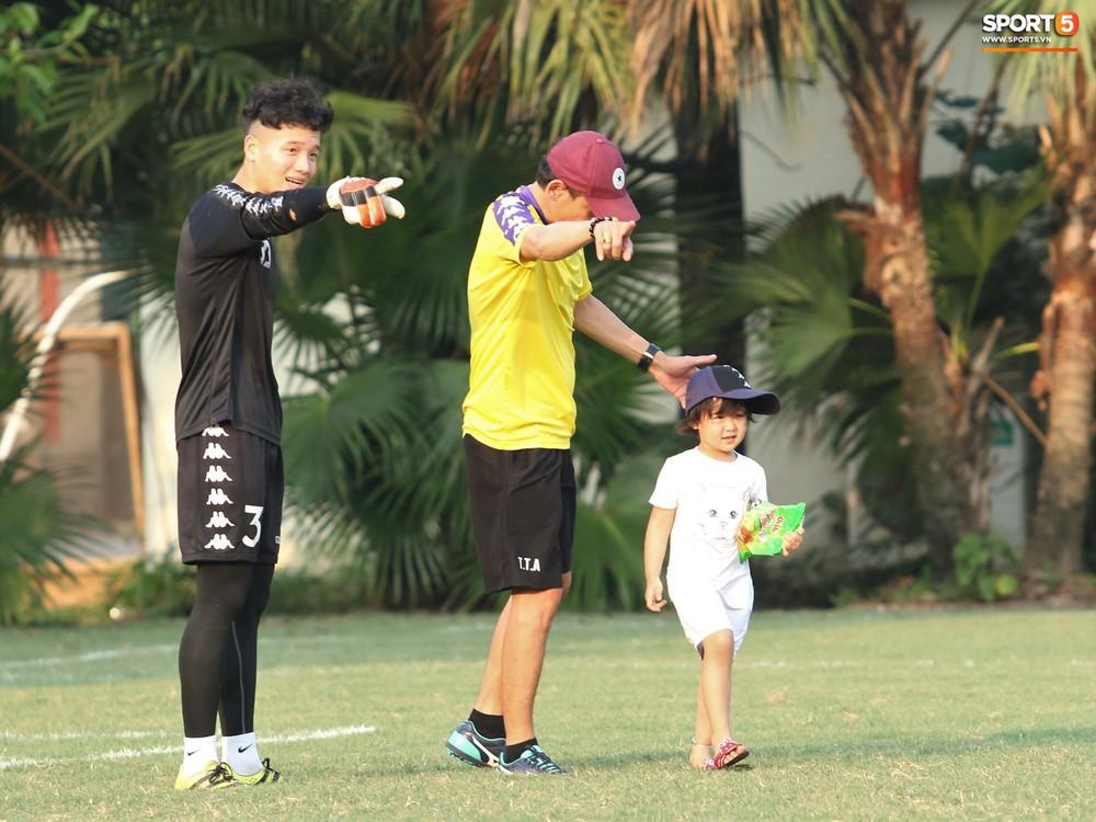 Những thiên thần trên sân tập của Hà Nội FC tạo nên khung cảnh khiến người xem mê mẩn như thước phim thanh xuân vườn trường - Ảnh 4.