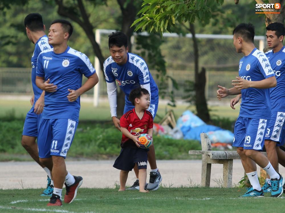 Những thiên thần trên sân tập của Hà Nội FC tạo nên khung cảnh khiến người xem mê mẩn như thước phim thanh xuân vườn trường - Ảnh 9.