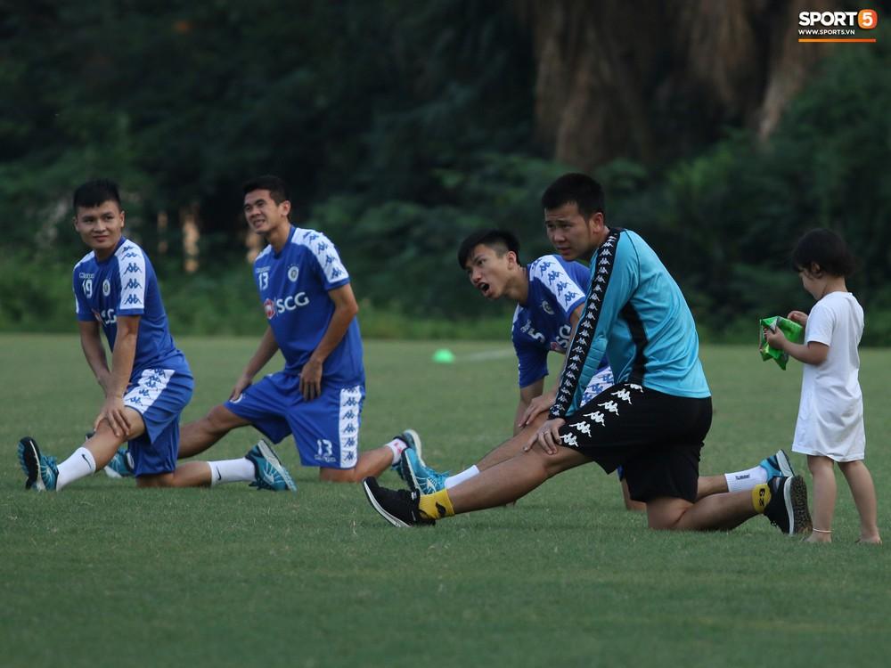 Những thiên thần trên sân tập của Hà Nội FC tạo nên khung cảnh khiến người xem mê mẩn như thước phim thanh xuân vườn trường - Ảnh 8.