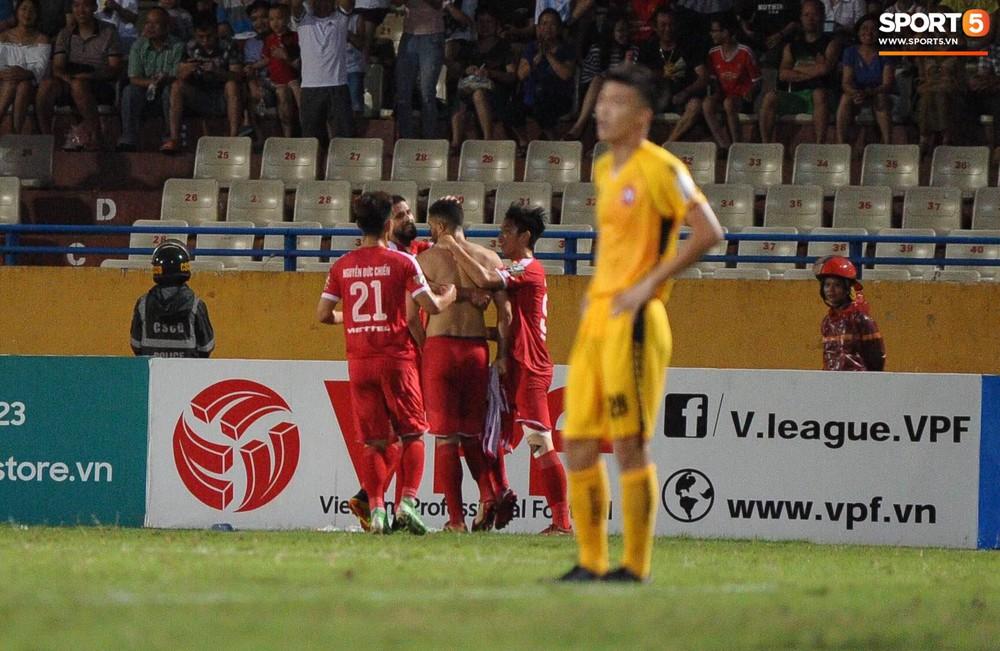 Thủ môn U23 Việt Nam nhận lời cảnh báo sau trận thuỷ chiến trên sân Hàng Đẫy - Ảnh 9.