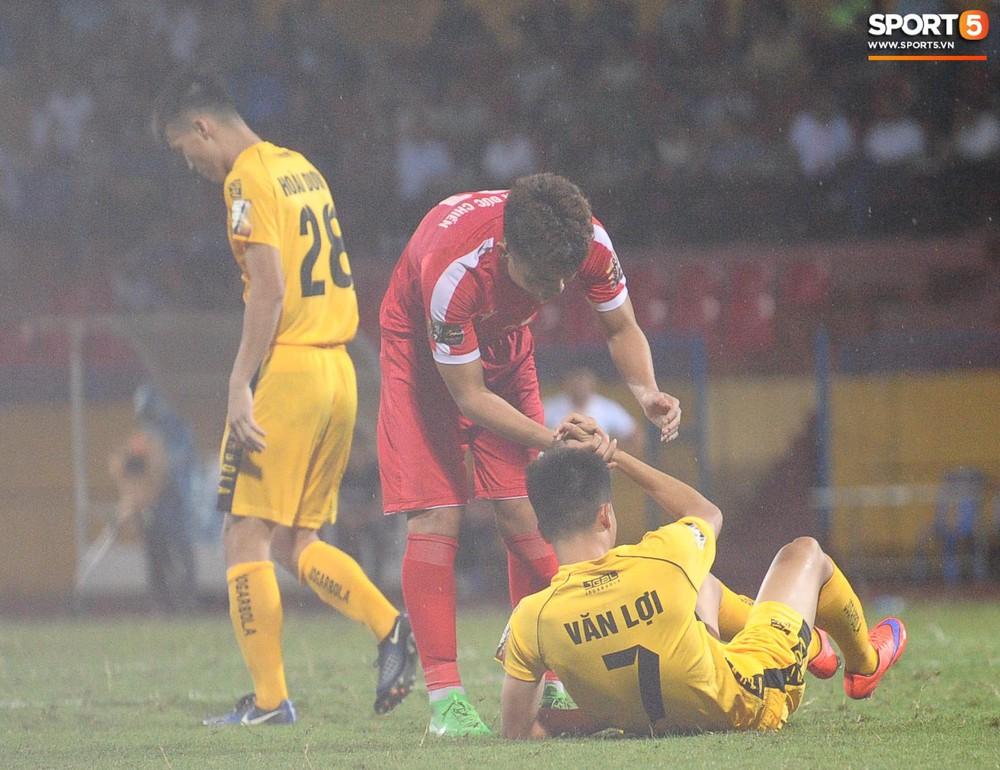 Thủ môn U23 Việt Nam nhận lời cảnh báo sau trận thuỷ chiến trên sân Hàng Đẫy - Ảnh 10.