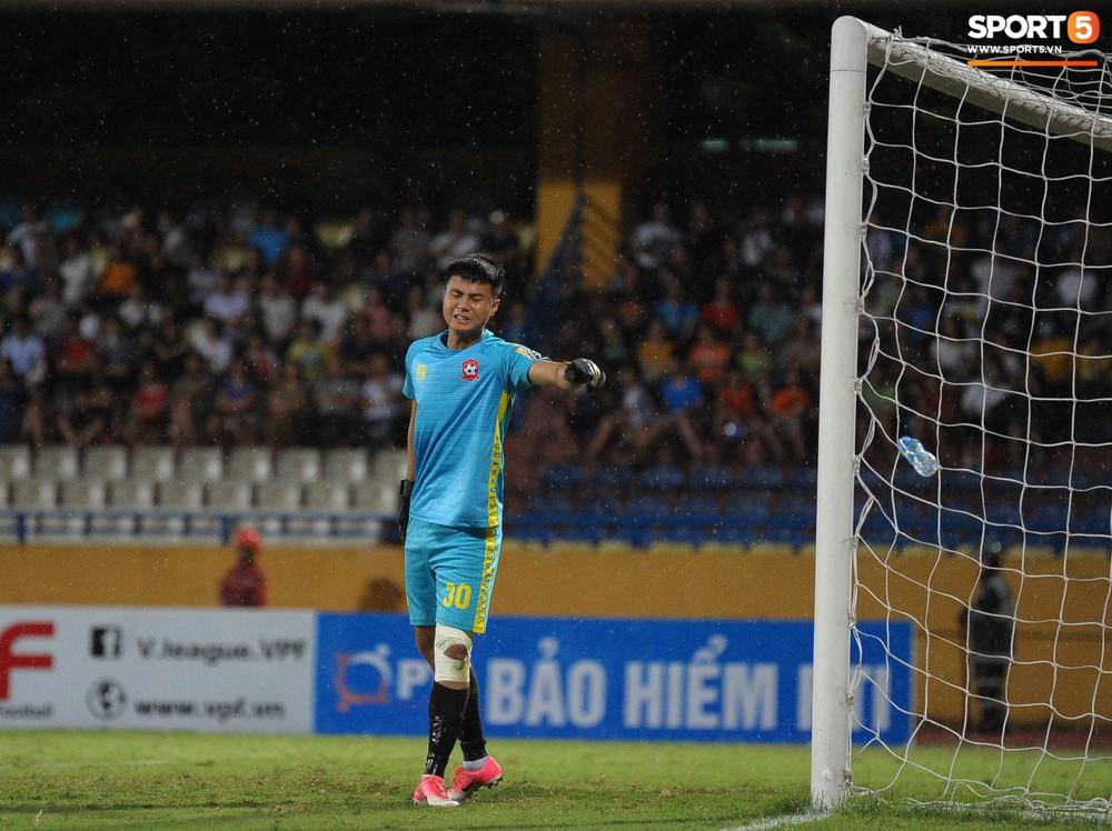 Thủ môn U23 Việt Nam nhận lời cảnh báo sau trận thuỷ chiến trên sân Hàng Đẫy - Ảnh 6.