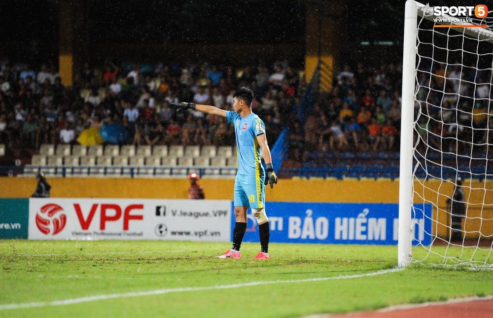 Thủ môn U23 Việt Nam nhận lời cảnh báo sau trận thuỷ chiến trên sân Hàng Đẫy - Ảnh 5.