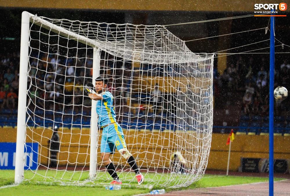 Thủ môn U23 Việt Nam nhận lời cảnh báo sau trận thuỷ chiến trên sân Hàng Đẫy - Ảnh 4.