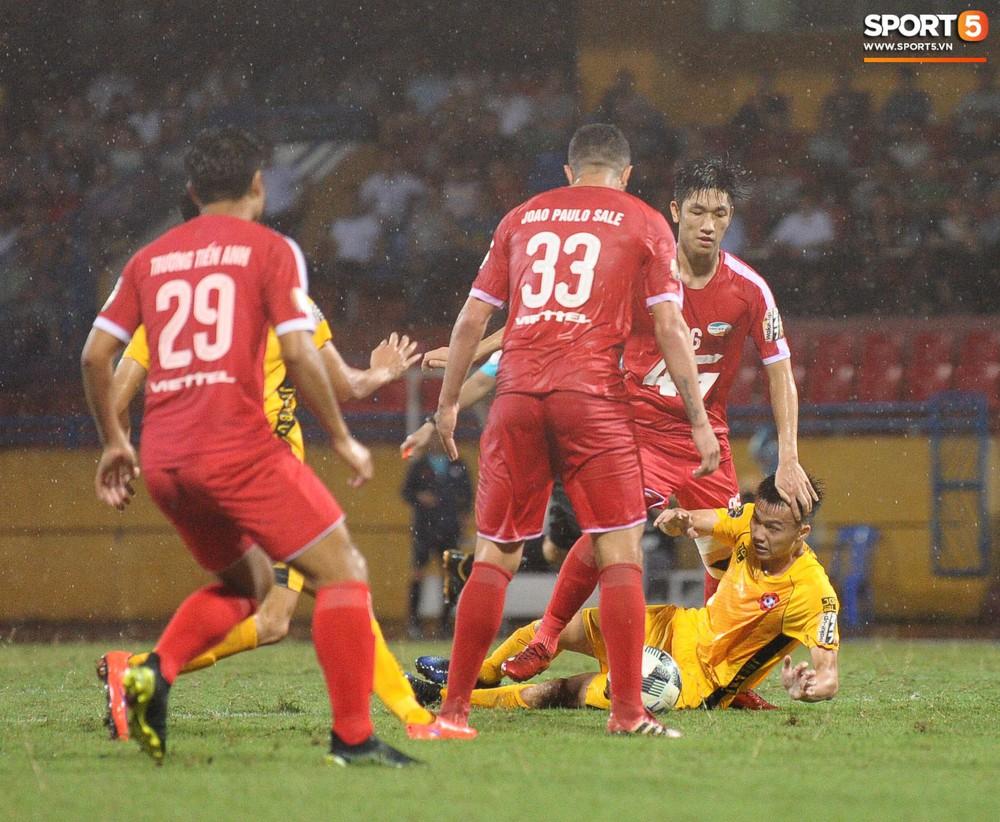 Thủ môn U23 Việt Nam nhận lời cảnh báo sau trận thuỷ chiến trên sân Hàng Đẫy - Ảnh 7.