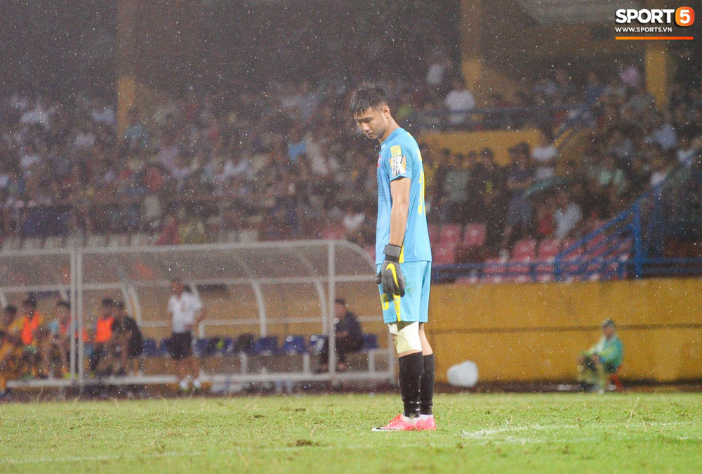 Thủ môn U23 Việt Nam nhận lời cảnh báo sau trận thuỷ chiến trên sân Hàng Đẫy - Ảnh 1.