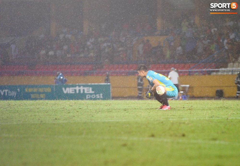 Thủ môn U23 Việt Nam nhận lời cảnh báo sau trận thuỷ chiến trên sân Hàng Đẫy - Ảnh 2.