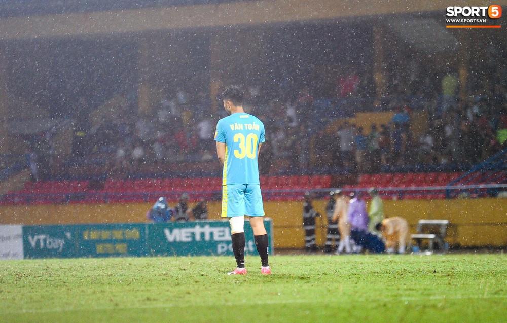 Thủ môn U23 Việt Nam nhận lời cảnh báo sau trận thuỷ chiến trên sân Hàng Đẫy - Ảnh 3.