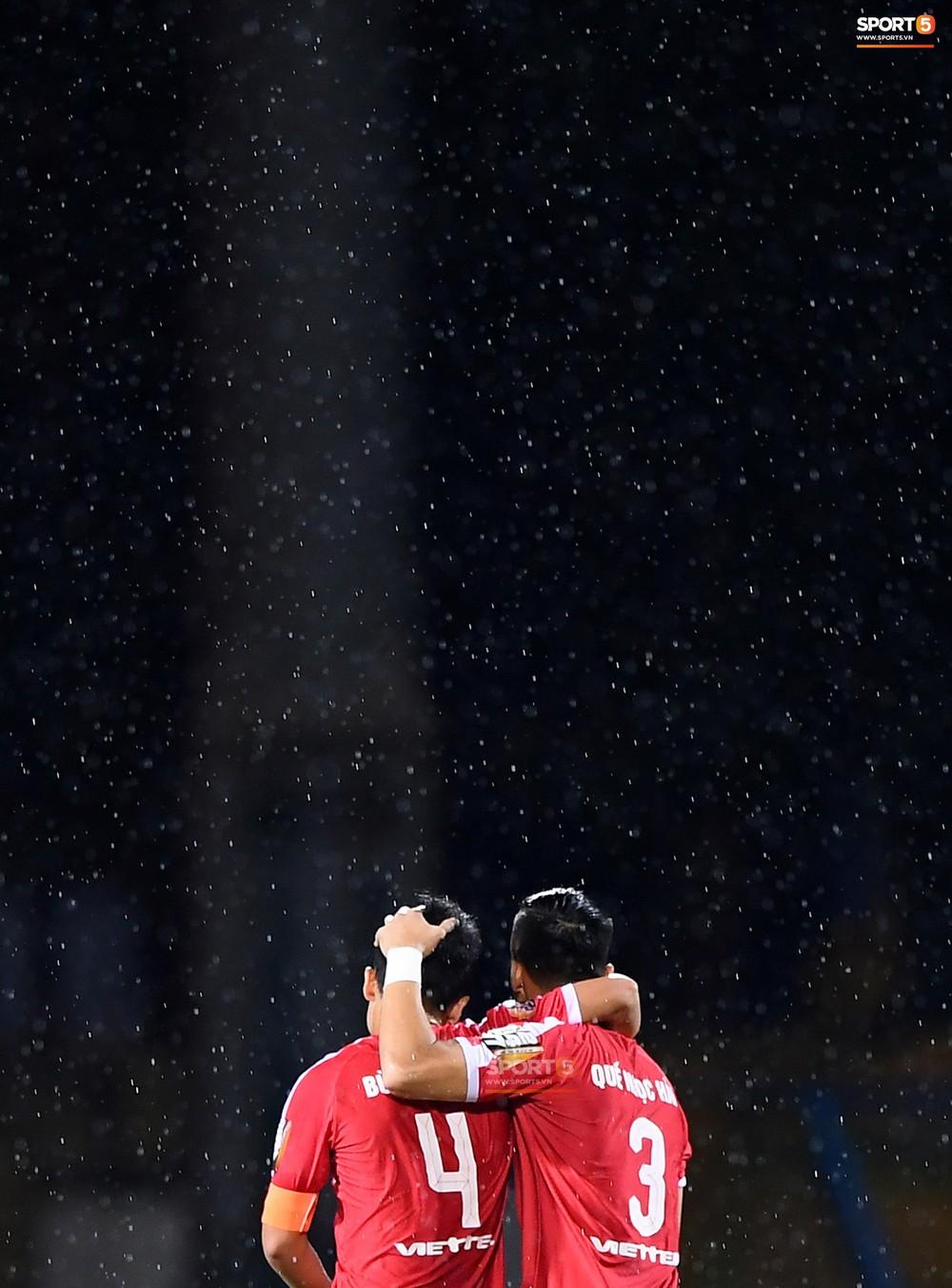 Chùm ảnh Tiến Dũng ôm Quế Ngọc Hải dưới màn mưa khiến fan ngỡ ngàng: Các anh đang quay MV Hàn Quốc hay gì? - Ảnh 2.