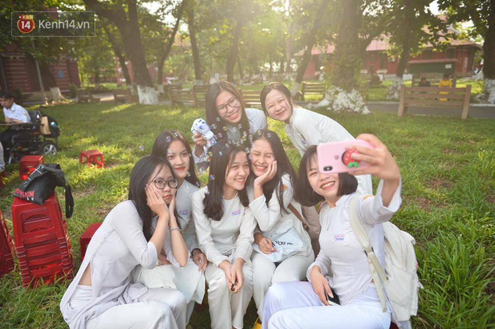 Ngẩn ngơ ngắm nữ sinh trường Quốc học Huế diện áo dài trắng đẹp dịu dàng trong ngày bế giảng - Ảnh 1.