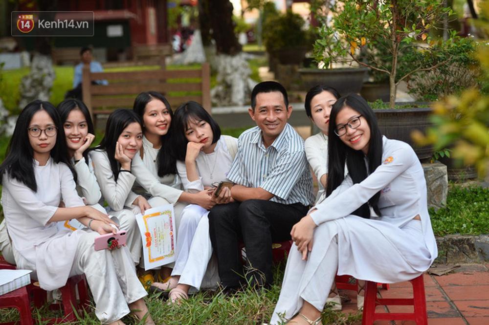 Ngẩn ngơ ngắm nữ sinh trường Quốc học Huế diện áo dài trắng đẹp dịu dàng trong ngày bế giảng - Ảnh 5.