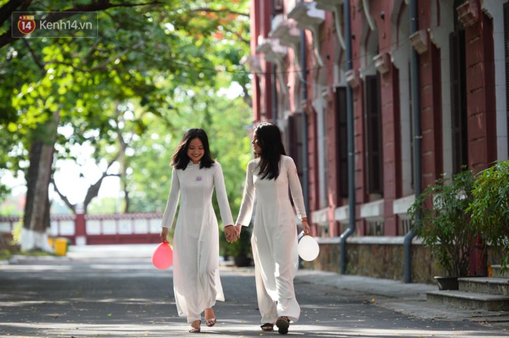 Ngẩn ngơ ngắm nữ sinh trường Quốc học Huế diện áo dài trắng đẹp dịu dàng trong ngày bế giảng - Ảnh 4.