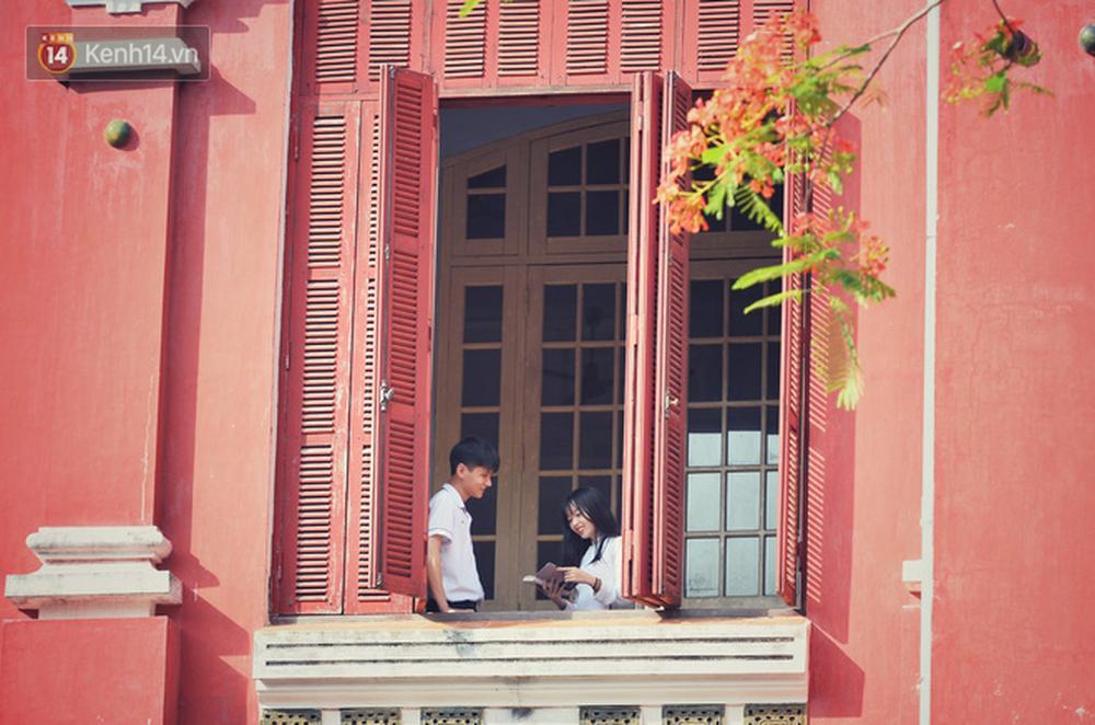 Ngẩn ngơ ngắm nữ sinh trường Quốc học Huế diện áo dài trắng đẹp dịu dàng trong ngày bế giảng - Ảnh 9.