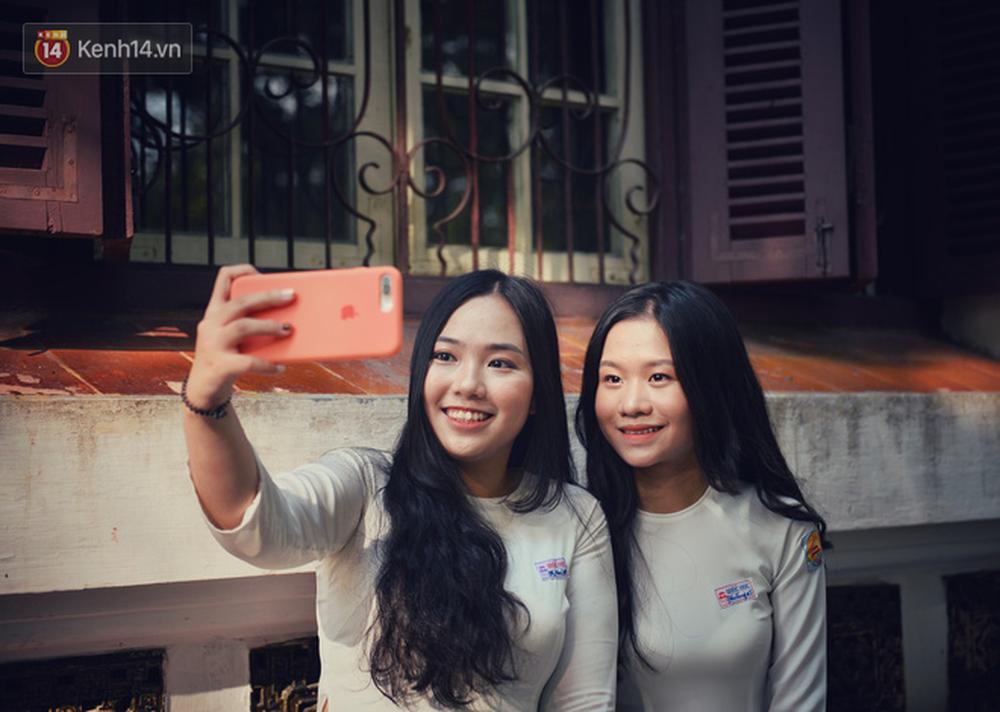 Ngẩn ngơ ngắm nữ sinh trường Quốc học Huế diện áo dài trắng đẹp dịu dàng trong ngày bế giảng - Ảnh 11.
