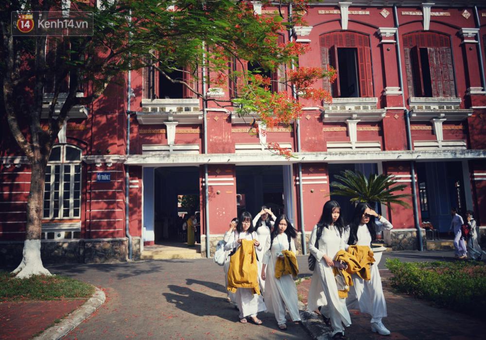 Ngẩn ngơ ngắm nữ sinh trường Quốc học Huế diện áo dài trắng đẹp dịu dàng trong ngày bế giảng - Ảnh 12.