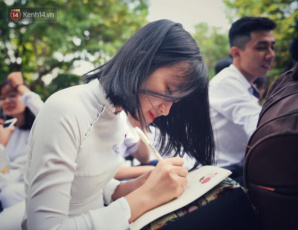 Ngẩn ngơ ngắm nữ sinh trường Quốc học Huế diện áo dài trắng đẹp dịu dàng trong ngày bế giảng - Ảnh 13.