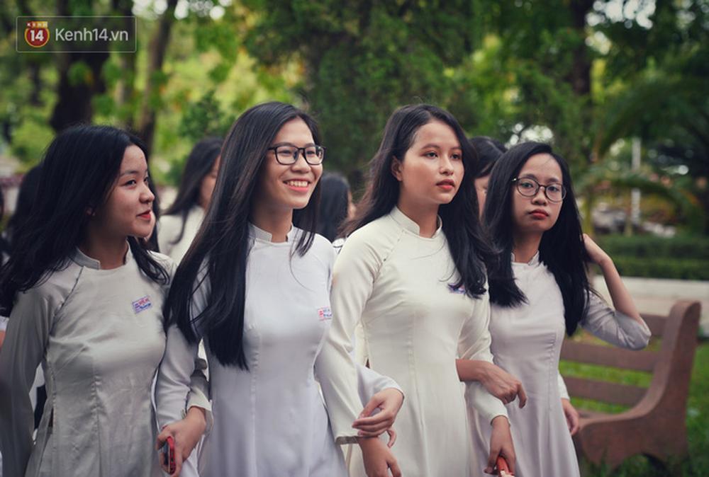 Ngẩn ngơ ngắm nữ sinh trường Quốc học Huế diện áo dài trắng đẹp dịu dàng trong ngày bế giảng - Ảnh 15.