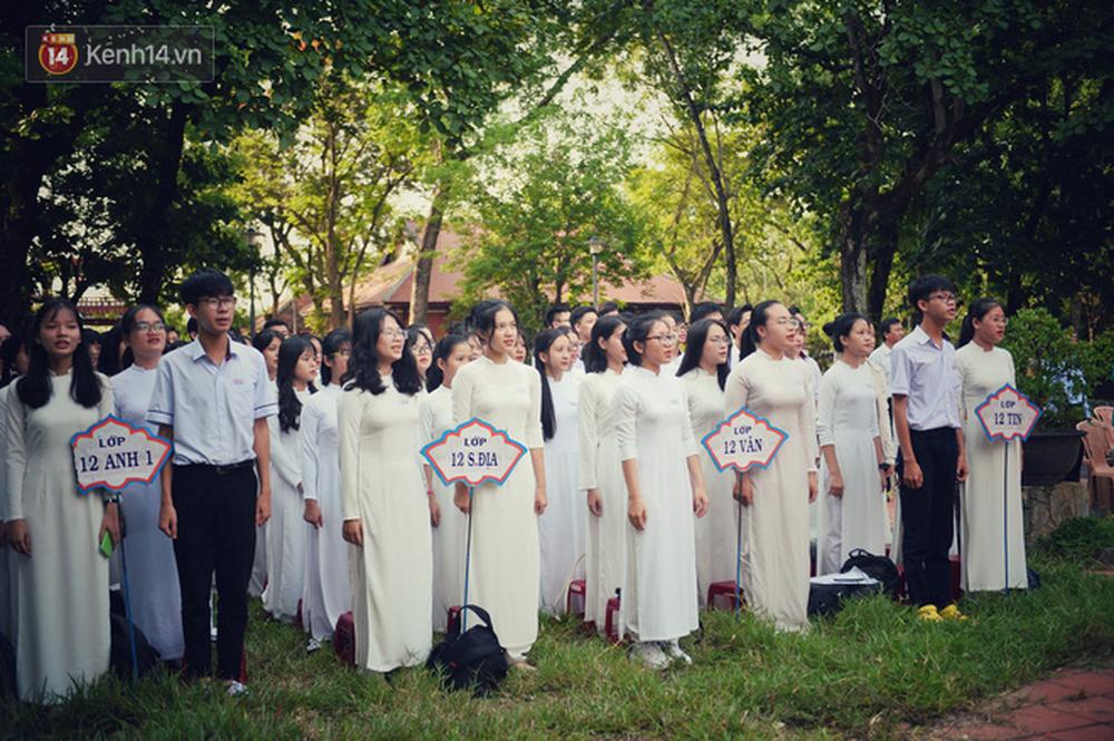 Ngẩn ngơ ngắm nữ sinh trường Quốc học Huế diện áo dài trắng đẹp dịu dàng trong ngày bế giảng - Ảnh 16.