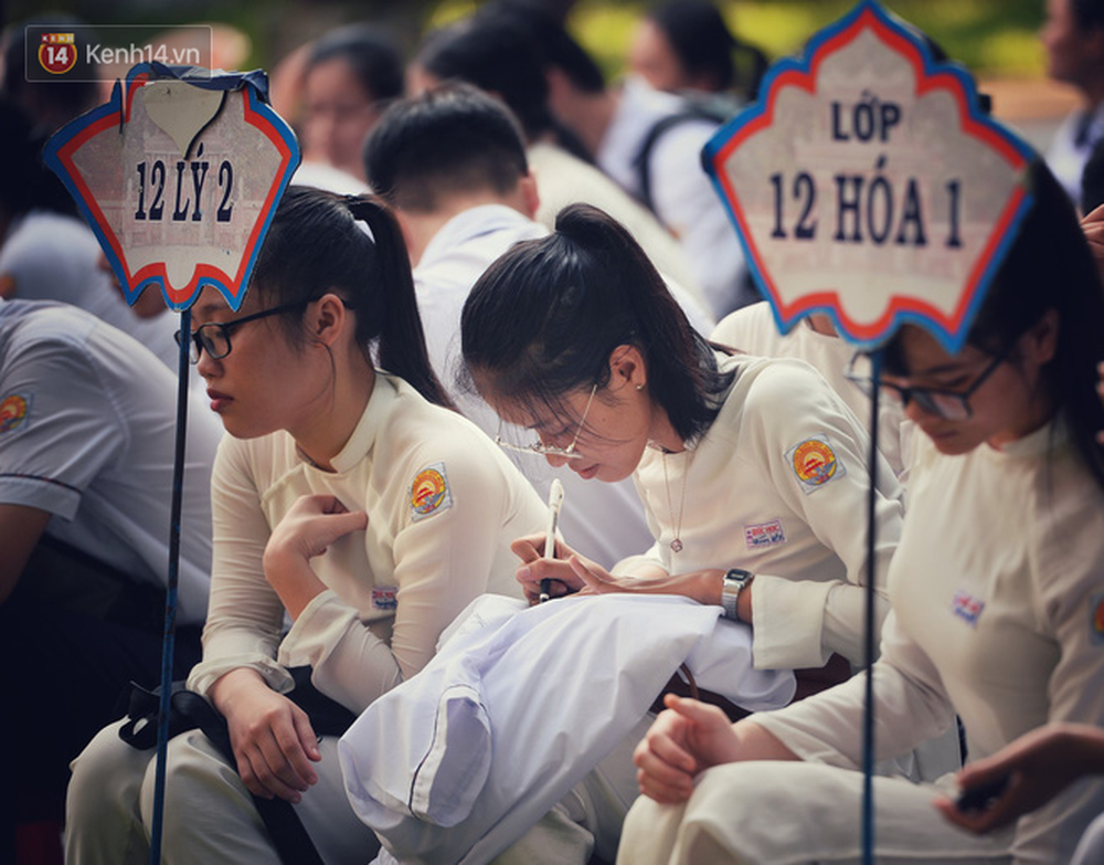 Ngẩn ngơ ngắm nữ sinh trường Quốc học Huế diện áo dài trắng đẹp dịu dàng trong ngày bế giảng - Ảnh 17.