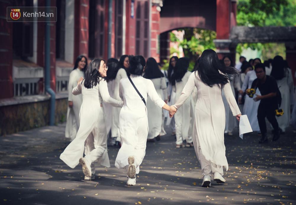 Ngẩn ngơ ngắm nữ sinh trường Quốc học Huế diện áo dài trắng đẹp dịu dàng trong ngày bế giảng - Ảnh 18.