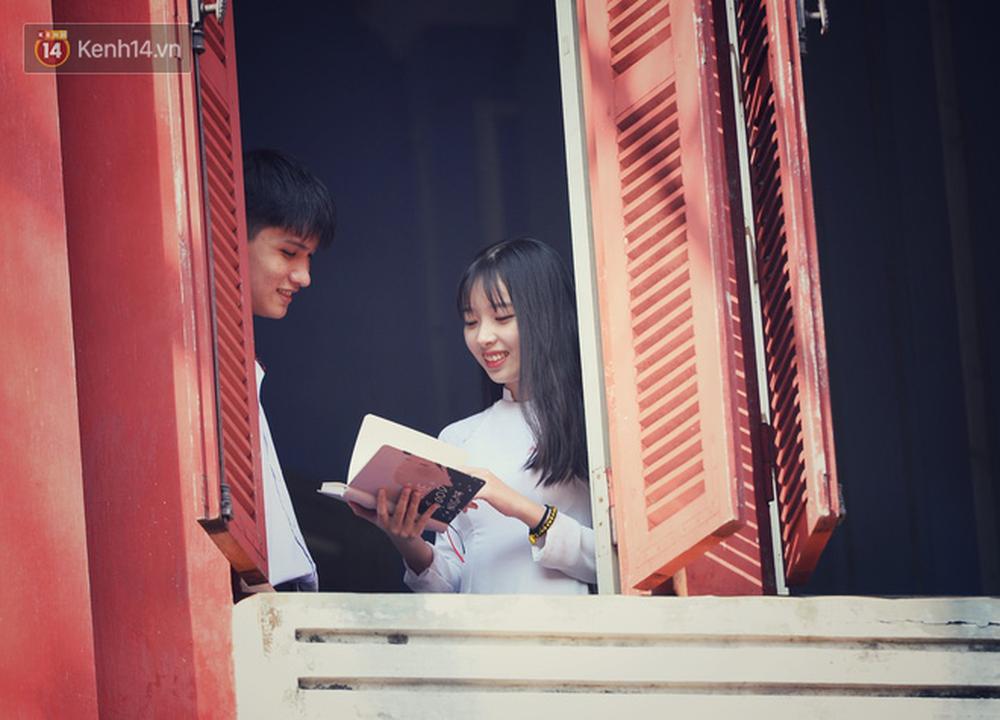 Ngẩn ngơ ngắm nữ sinh trường Quốc học Huế diện áo dài trắng đẹp dịu dàng trong ngày bế giảng - Ảnh 10.