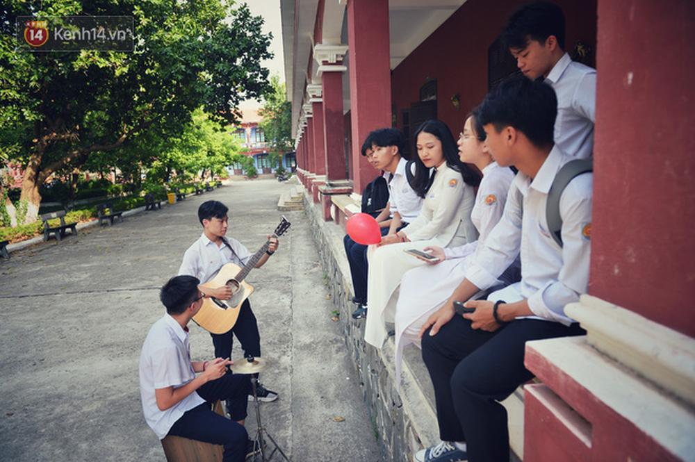 Ngẩn ngơ ngắm nữ sinh trường Quốc học Huế diện áo dài trắng đẹp dịu dàng trong ngày bế giảng - Ảnh 21.