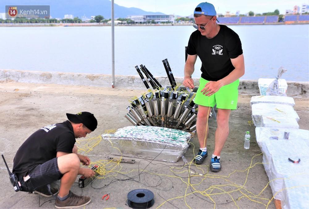 Ảnh: Xâm nhập trận địa pháo hoa khủng trước giờ khai hỏa DIFF 2019 ở Đà Nẵng - Ảnh 9.