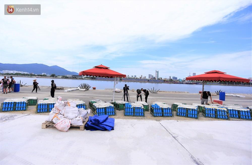 Ảnh: Xâm nhập trận địa pháo hoa khủng trước giờ khai hỏa DIFF 2019 ở Đà Nẵng - Ảnh 15.