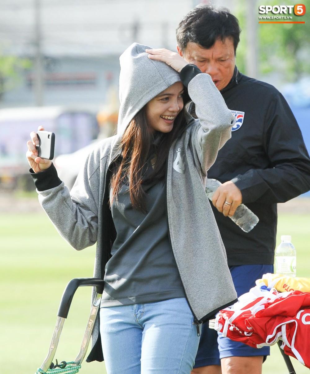 Nữ phóng viên Thái Lan xinh đẹp thích Xuân Trường nhưng tin tưởng 100% đội chủ nhà sẽ thắng Việt Nam ở Kings Cup - Ảnh 5.