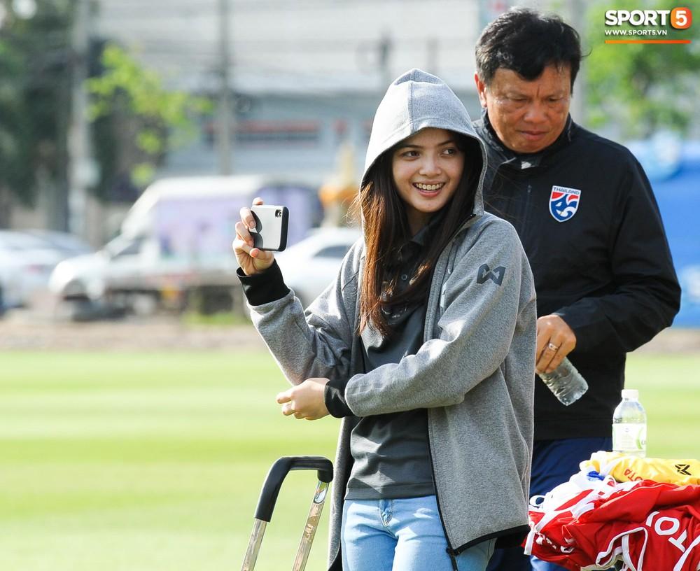 Nữ phóng viên Thái Lan xinh đẹp thích Xuân Trường nhưng tin tưởng 100% đội chủ nhà sẽ thắng Việt Nam ở Kings Cup - Ảnh 4.