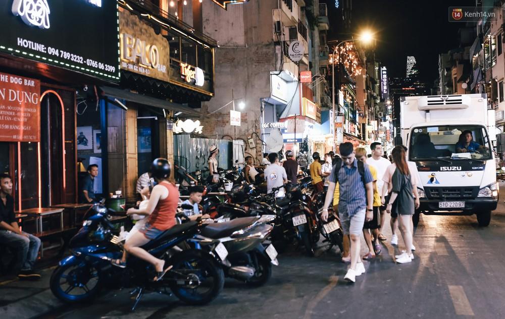 Chùm ảnh: Khi phố đi bộ Bùi Viện thành phố đi nhậu, bóng cười được mua bán công khai - Ảnh 4.