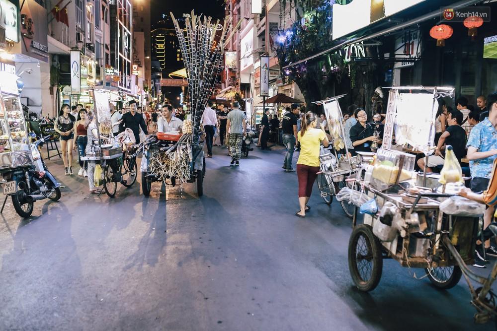 Chùm ảnh: Khi phố đi bộ Bùi Viện thành phố đi nhậu, bóng cười được mua bán công khai - Ảnh 13.