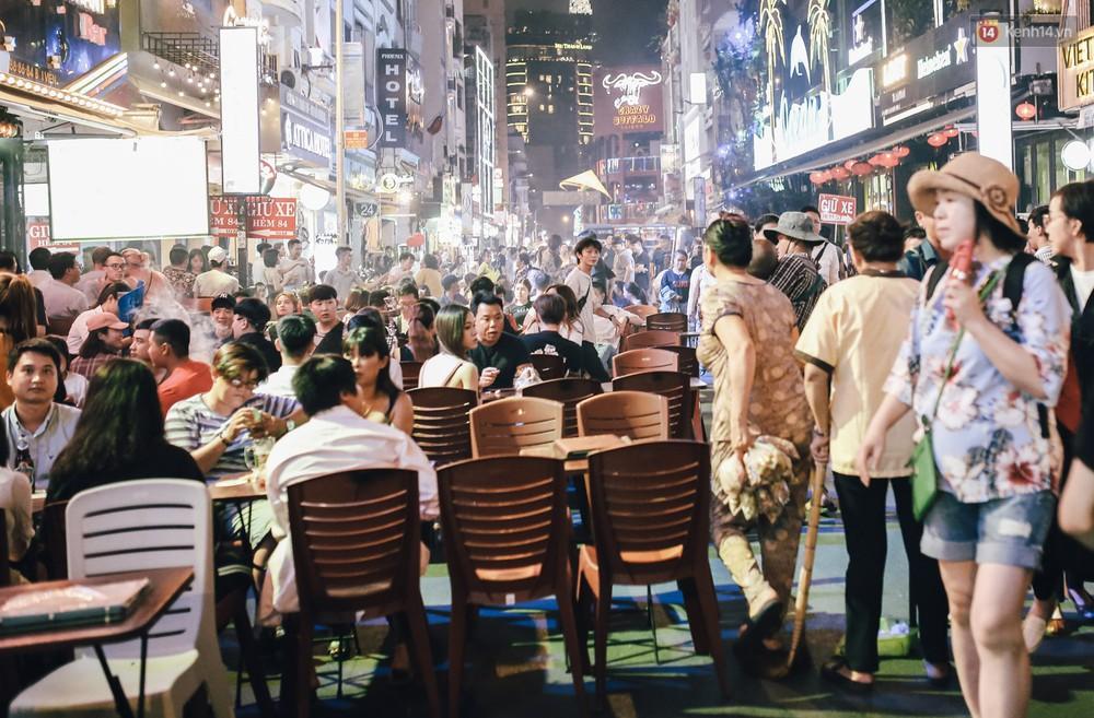 Chùm ảnh: Khi phố đi bộ Bùi Viện thành phố đi nhậu, bóng cười được mua bán công khai - Ảnh 11.