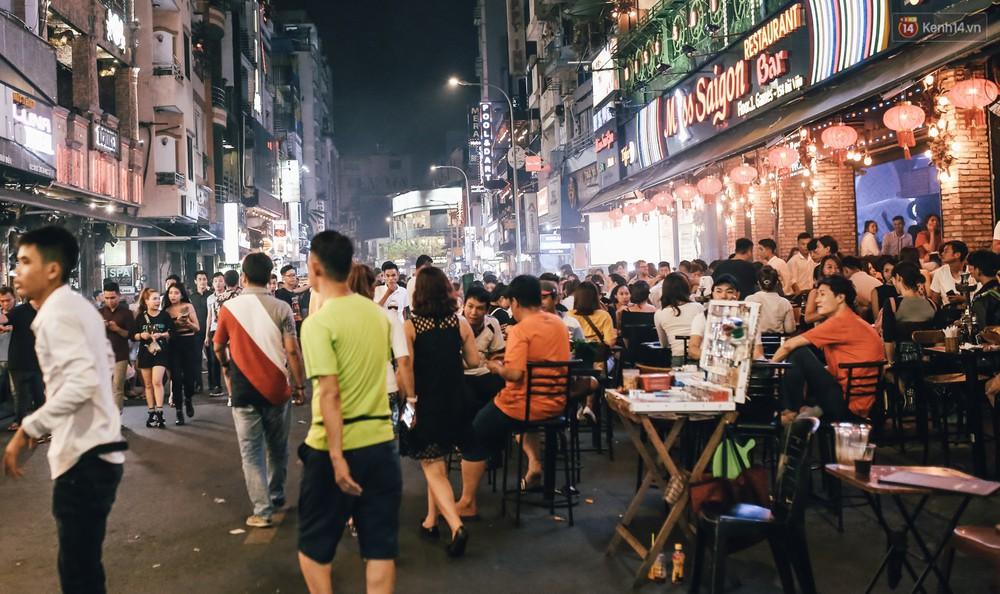 Chùm ảnh: Khi phố đi bộ Bùi Viện thành phố đi nhậu, bóng cười được mua bán công khai - Ảnh 10.