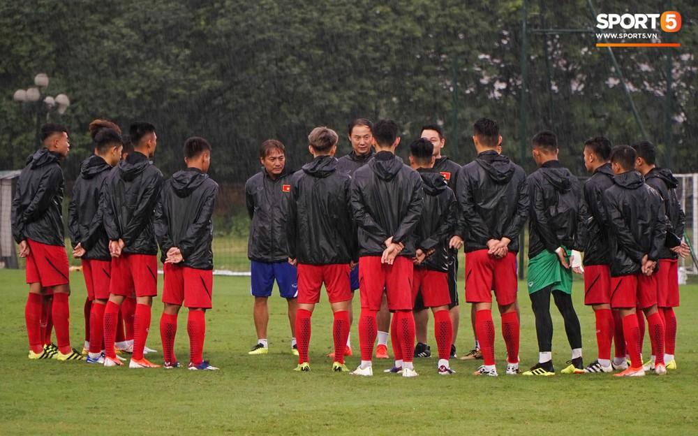 U23 Việt Nam tập luyện dưới trời mưa tầm tã trong ngày đầu hội quân - Ảnh 1.