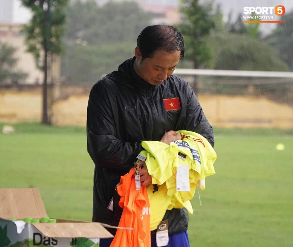 U23 Việt Nam tập luyện dưới trời mưa tầm tã trong ngày đầu hội quân - Ảnh 3.
