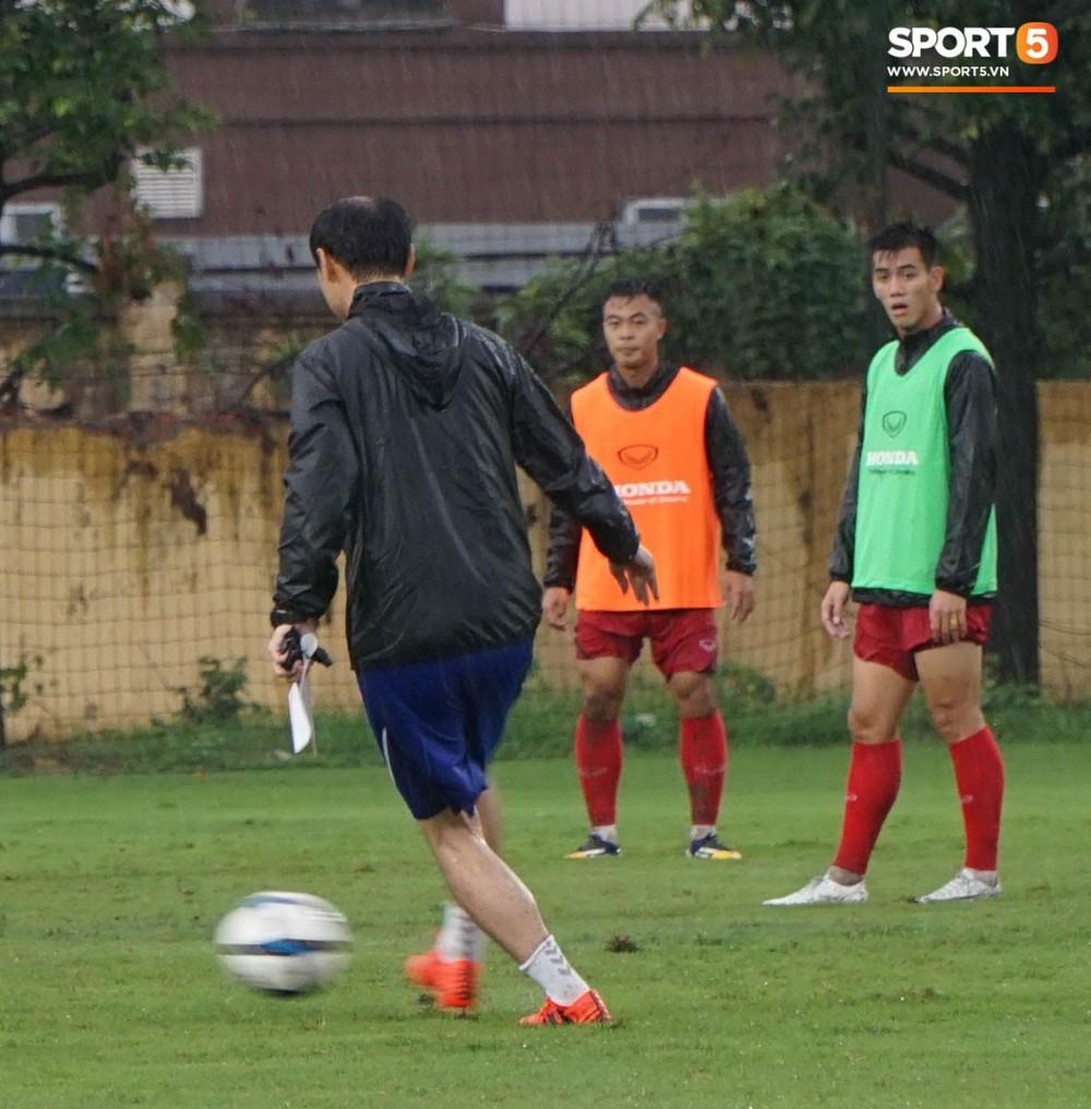 U23 Việt Nam tập luyện dưới trời mưa tầm tã trong ngày đầu hội quân - Ảnh 4.