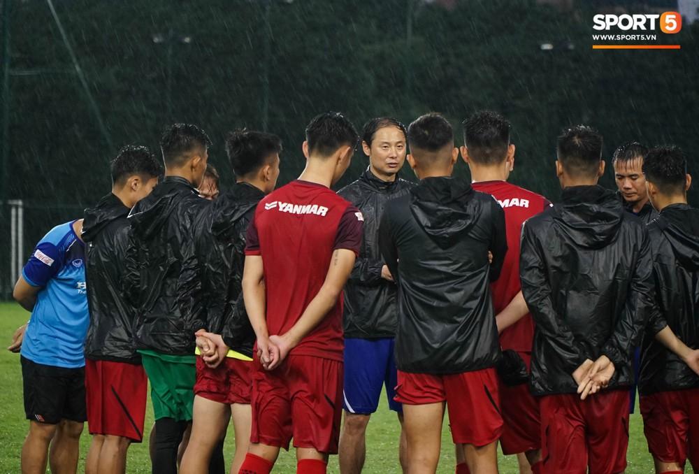 U23 Việt Nam tập luyện dưới trời mưa tầm tã trong ngày đầu hội quân - Ảnh 8.