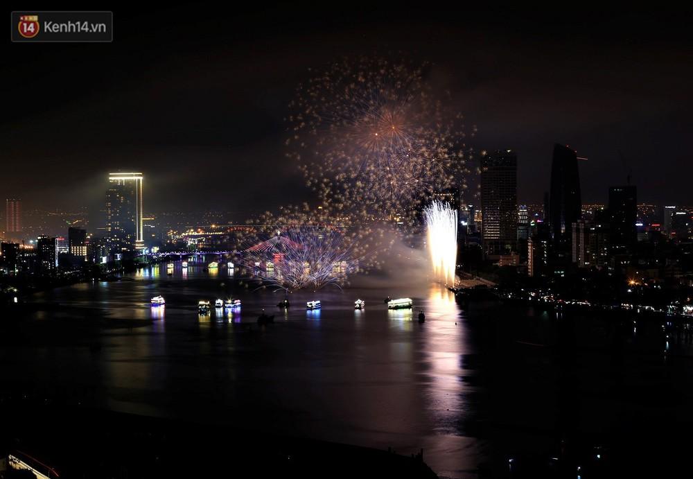 Ý và Phần Lan trình diễn vũ điệu tình yêu bằng pháo hoa trên bầu trời đổ mưa ở Đà Nẵng - Ảnh 1.