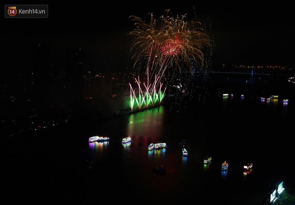 Ý và Phần Lan trình diễn vũ điệu tình yêu bằng pháo hoa trên bầu trời đổ mưa ở Đà Nẵng - Ảnh 3.