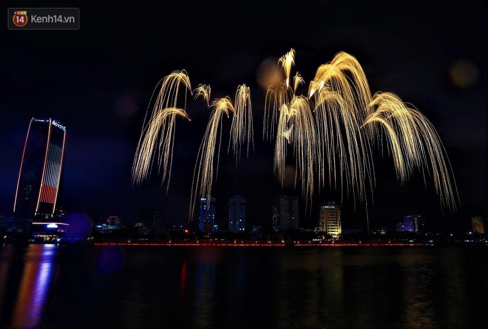 Ý và Phần Lan trình diễn vũ điệu tình yêu bằng pháo hoa trên bầu trời đổ mưa ở Đà Nẵng - Ảnh 5.