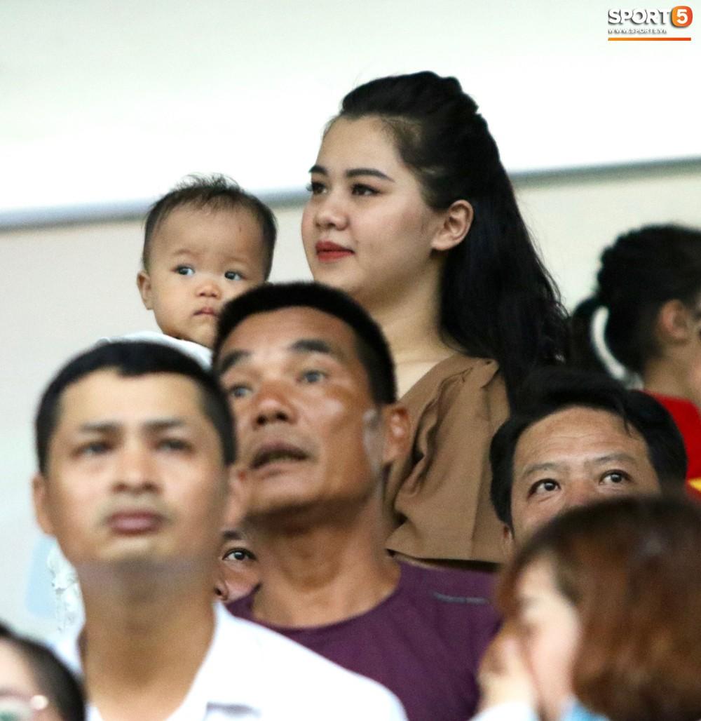 Hạnh phúc như Hải Quế: Ngày của bố được đón con gái xuống sân ăn mừng chiến thắng trước Khánh Hòa - Ảnh 3.