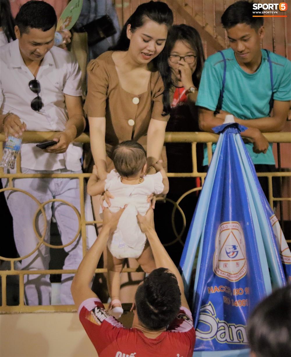 Hạnh phúc như Hải Quế: Ngày của bố được đón con gái xuống sân ăn mừng chiến thắng trước Khánh Hòa - Ảnh 6.