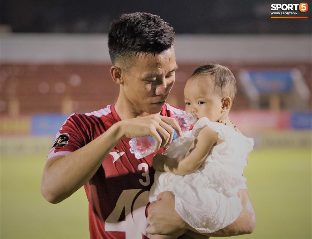 Hạnh phúc như Hải Quế: Ngày của bố được đón con gái xuống sân ăn mừng chiến thắng trước Khánh Hòa - Ảnh 7.