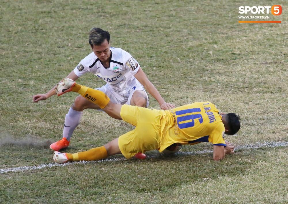 Mặt sân Vinh quá xấu, cầu thủ HAGL và SLNA vừa đá vừa nơm nớp lo chấn thương - Ảnh 3.