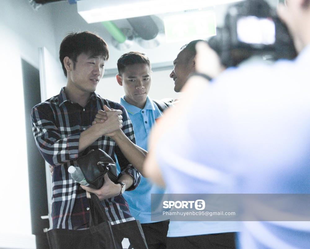 Khoảnh khắc fan mong chờ: Xuân Trường bảnh bao, rạng rỡ hội ngộ đồng đội tại tuyển Việt Nam - Ảnh 4.