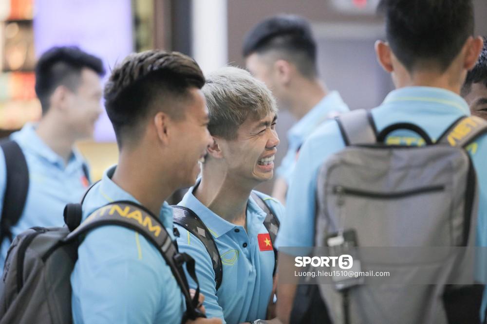 Công Phượng cười tươi hết nấc khi hội ngộ cùng các đồng đội tuyển Việt Nam - Ảnh 6.