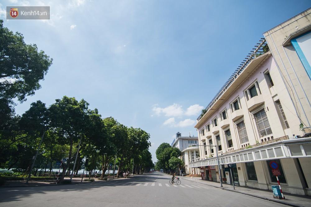 Chùm ảnh: Phố đi bộ hồ Gươm vắng bóng người trong ngày nắng nóng kinh hoàng ở Hà Nội - Ảnh 1.